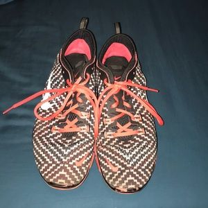 Nike red and black patterned tennis shoes